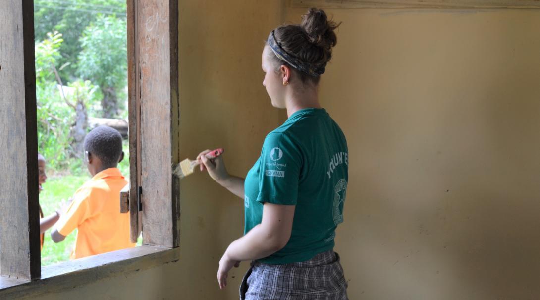 Adolescente renovando una escuela como parte de su programa de voluntariado para jóvenes en Ghana.